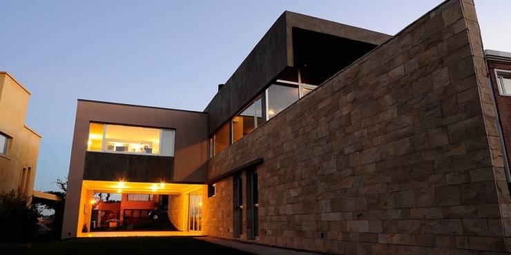 Casas de estilo escandinavo por DMS Arquitectura