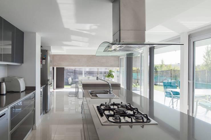 Casa M: Cocinas de estilo moderno por DMS Arquitectura