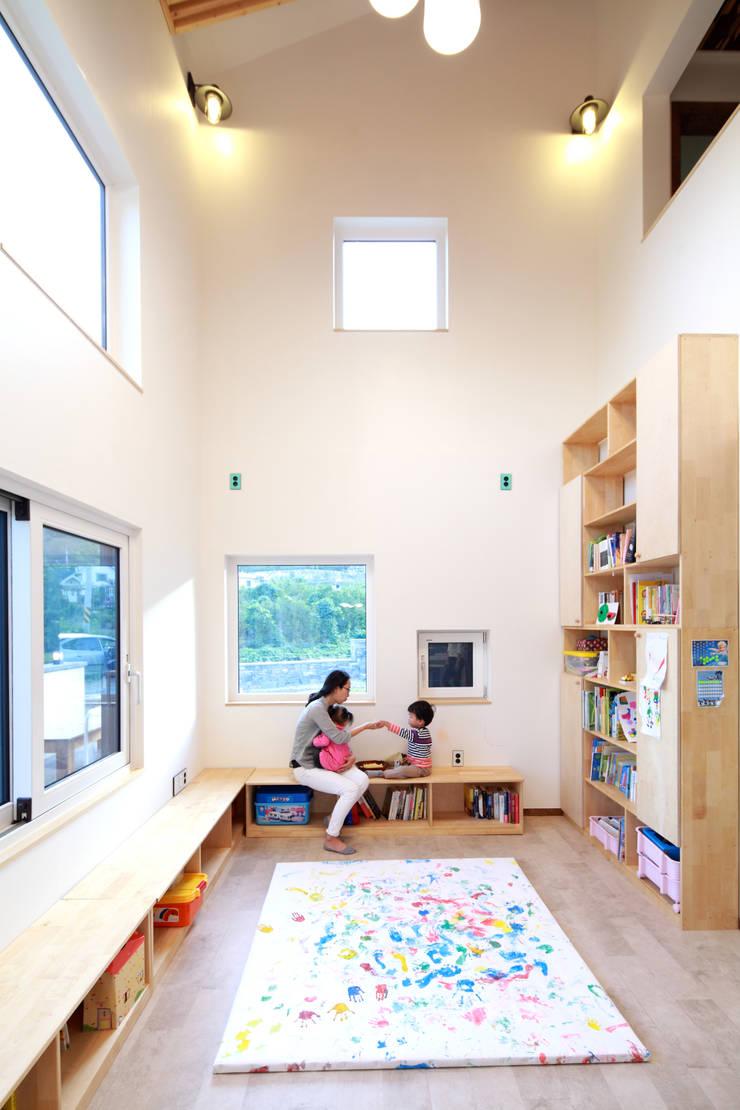 아이들을 위한 놀이방과 같은 거실: 주택설계전문 디자인그룹 홈스타일토토의  거실,모던
