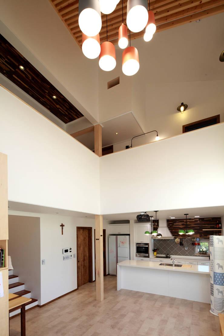 오픈거실: 주택설계전문 디자인그룹 홈스타일토토의  거실,모던