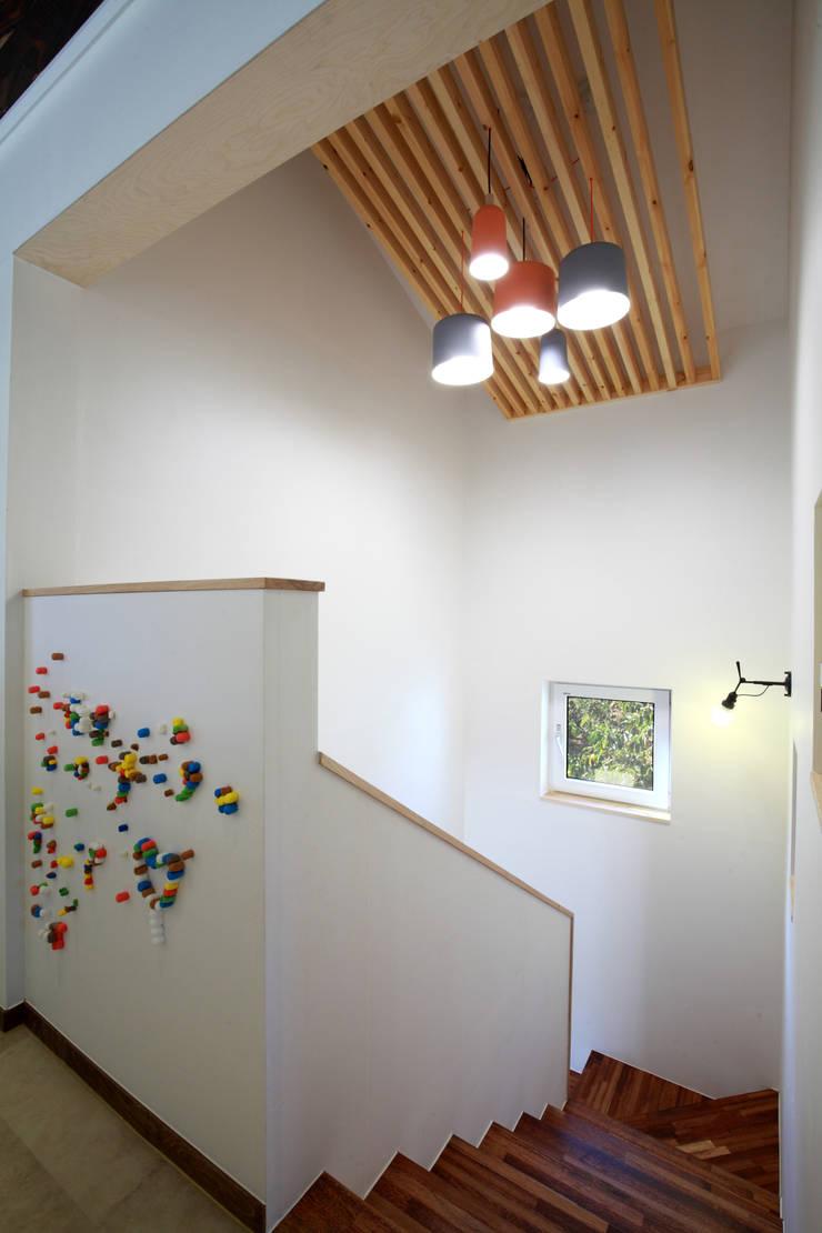 계단: 주택설계전문 디자인그룹 홈스타일토토의  복도 & 현관,모던