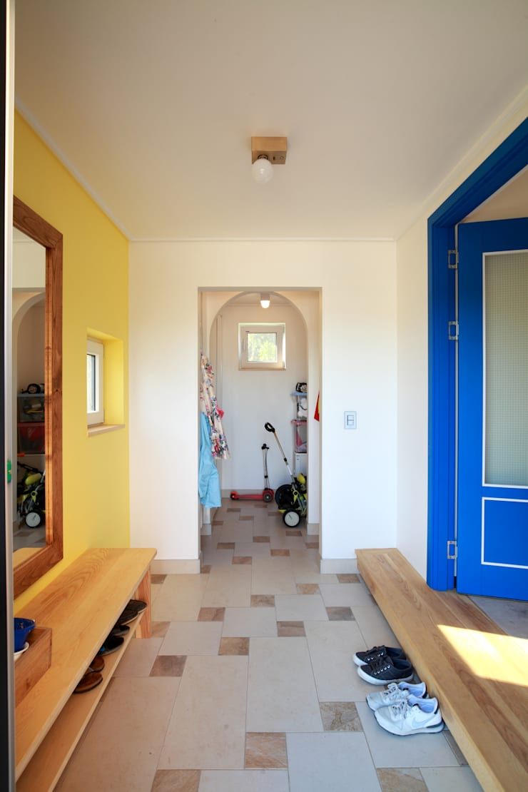 현관: 주택설계전문 디자인그룹 홈스타일토토의  복도 & 현관,모던