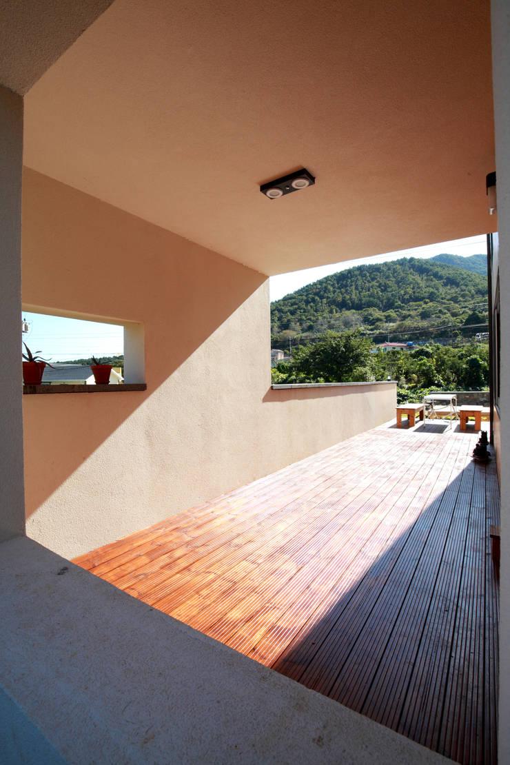 프라이빗 데크테라스: 주택설계전문 디자인그룹 홈스타일토토의  베란다,모던 우드 우드 그레인