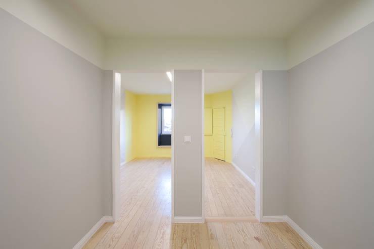 Remodelação T2+1 Duplex Mouraria: Salas de jantar  por BL Design Arquitectura e Interiores