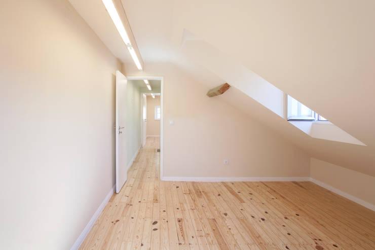 Camera da letto in stile  di BL Design Arquitectura e Interiores