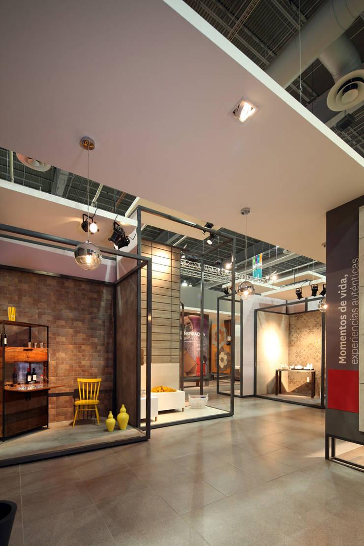 Stand Bambú - Local 10 Arquitectura: Estudios y oficinas de estilo  por Local 10 Arquitectura