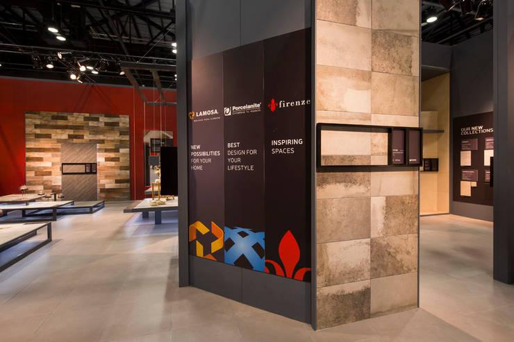 Stand Rojo - Local 10 Arquitectura: Estudios y oficinas de estilo  por Local 10 Arquitectura