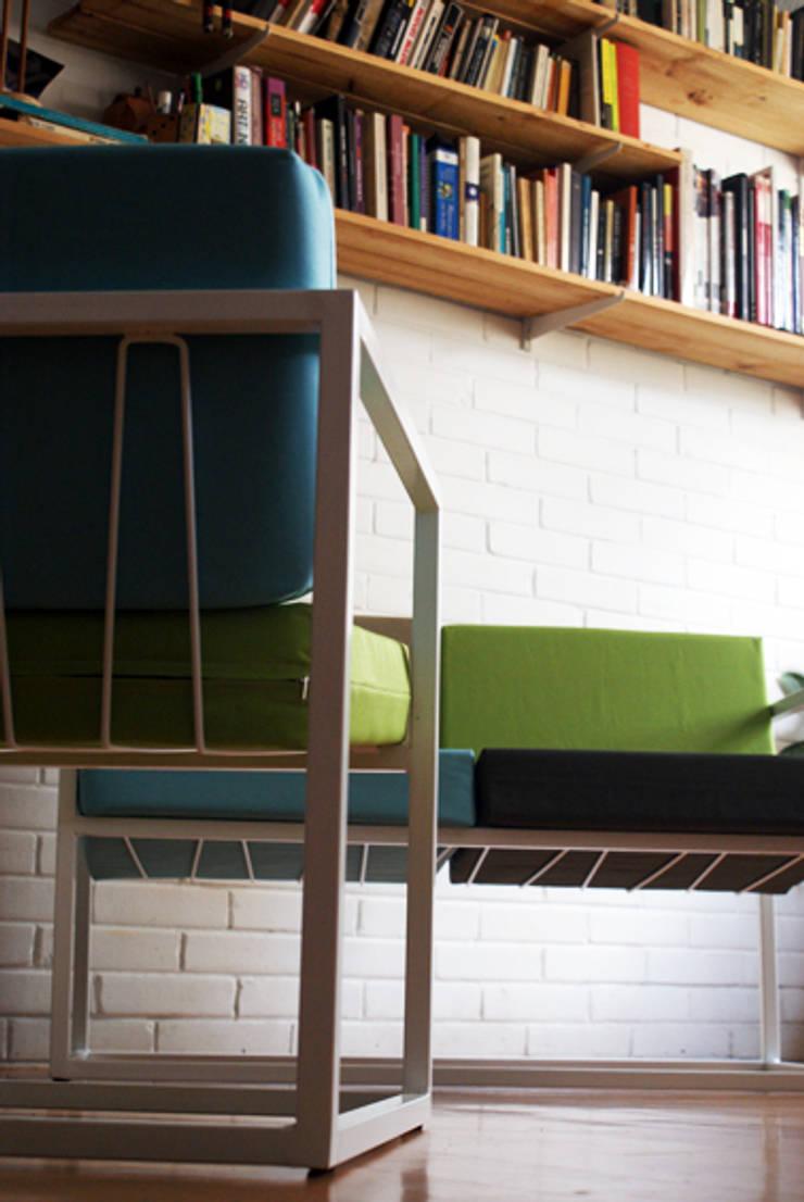 Sofá de dos puestos (modelo Cuatro): Salas/Recibidores de estilo minimalista por CASA-BE