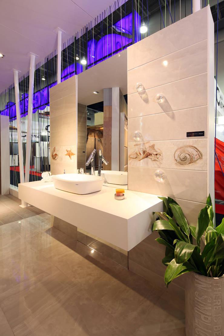 Stand Poligonos - Local 10 Arquitectura: Estudios y oficinas de estilo  por Local 10 Arquitectura
