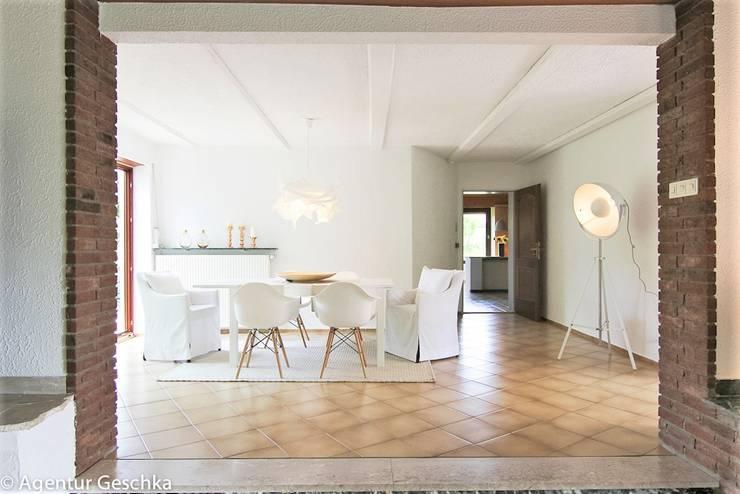 Esszimmer in Landhaus:  Esszimmer von Münchner home staging Agentur GESCHKA