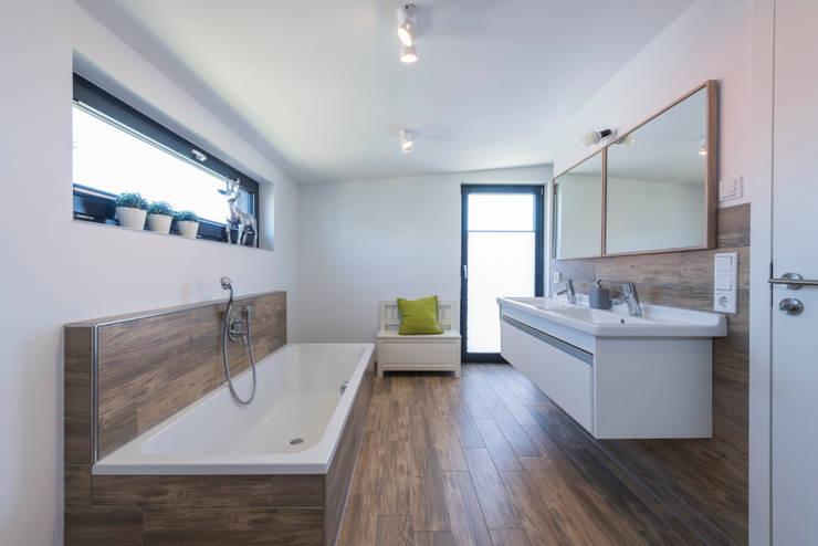 Ванные комнаты в . Автор – KitzlingerHaus GmbH & Co. KG