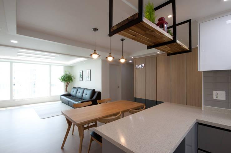 분양아파트 리모델링 하고 입주하기 : 디자인투플라이의  다이닝 룸,모던