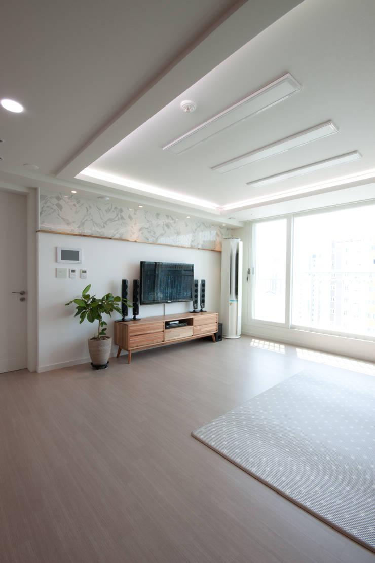분양아파트 리모델링 하고 입주하기 : 디자인투플라이의  거실,모던