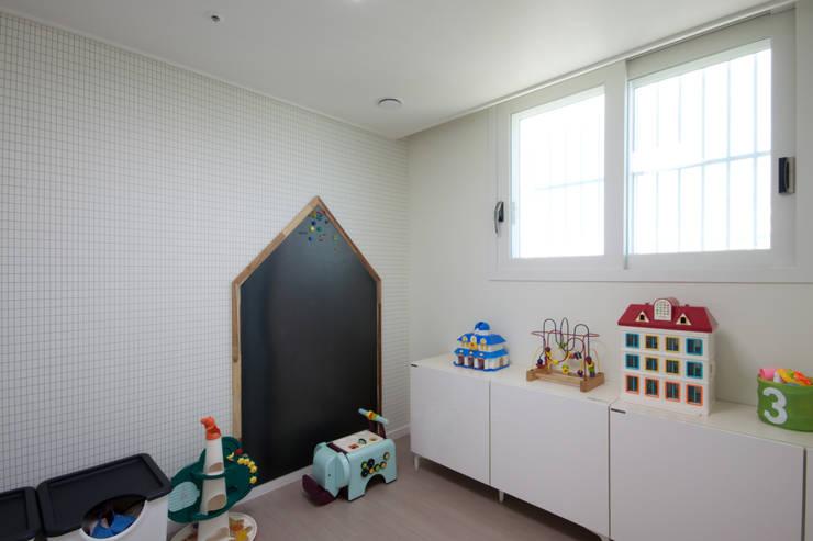 분양아파트 리모델링 하고 입주하기 : 디자인투플라이의  아이방,모던