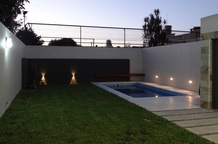Piscinas de estilo  por D'ODORICO OFICINA DE ARQUITECTURA