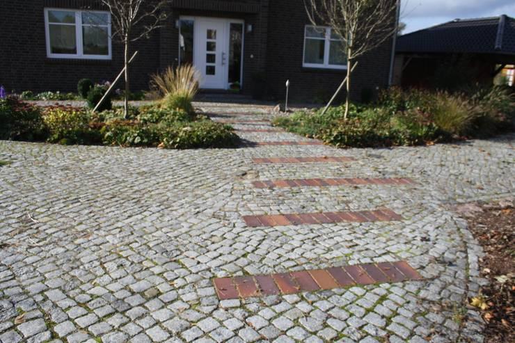 Klinkerpflaster im Dialog mit der Fassade: klassischer Garten von Gartenarchitekturbüro Timm