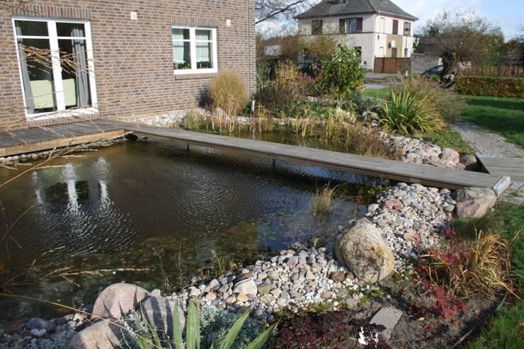 Ein großer Teich prägt den hinteren Gartenteil: klassischer Garten von Gartenarchitekturbüro Timm