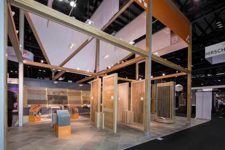 Stand Natura - Local 10 Arquitectura: Estudios y oficinas de estilo  por Local 10 Arquitectura