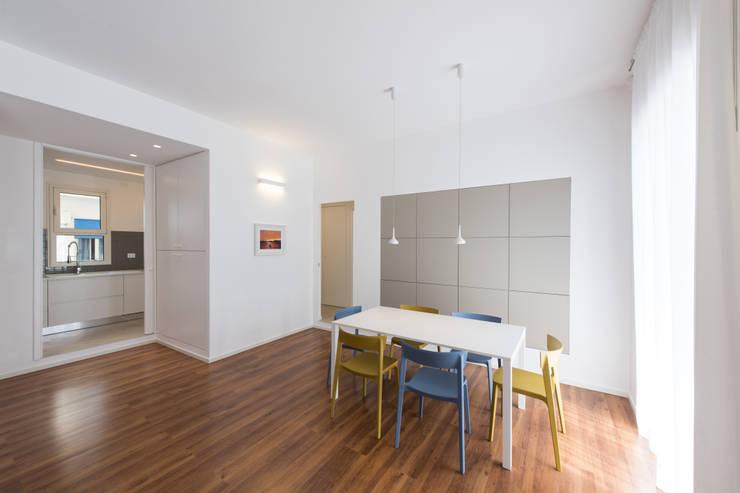 casa S: Sala da pranzo in stile  di Alessandro Ferro Architetto