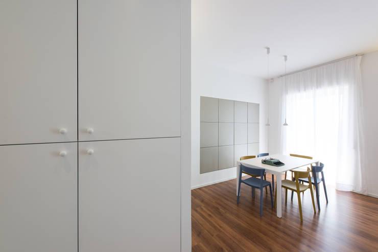 casa S: Ingresso & Corridoio in stile  di Alessandro Ferro Architetto