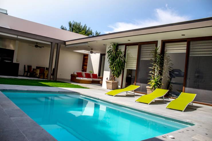 San Angel: Albercas de estilo  por 2M Arquitectura