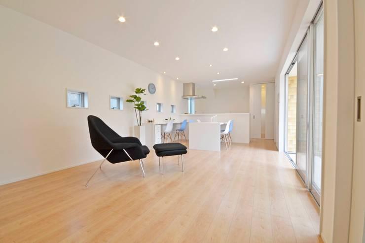 Gate Garage® 包み庭の家: フォーレストデザイン一級建築士事務所が手掛けたリビングです。,