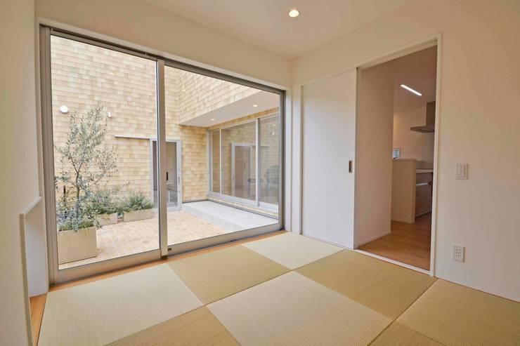 Gate Garage® 包み庭の家: フォーレストデザイン一級建築士事務所が手掛けた和室です。,