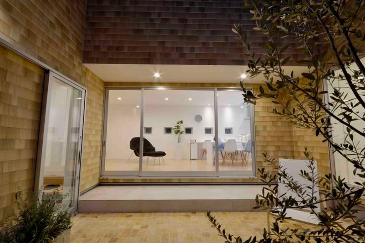 Gate Garage® 包み庭の家: フォーレストデザイン一級建築士事務所が手掛けた家です。,