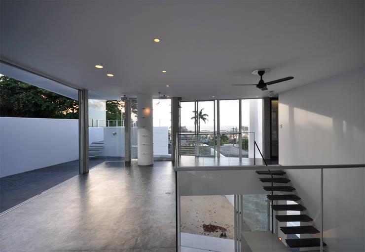 Salas multimedia de estilo  por 門一級建築士事務所