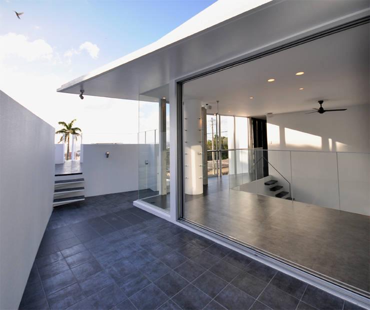 HG-HOUSE IN GINOWAN: 門一級建築士事務所が手掛けたテラス・ベランダです。