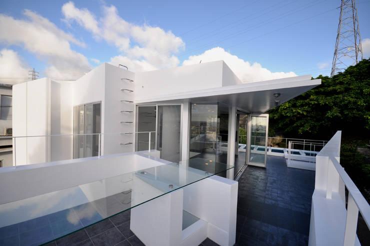 HG-HOUSE IN GINOWAN: 門一級建築士事務所が手掛けたベランダです。