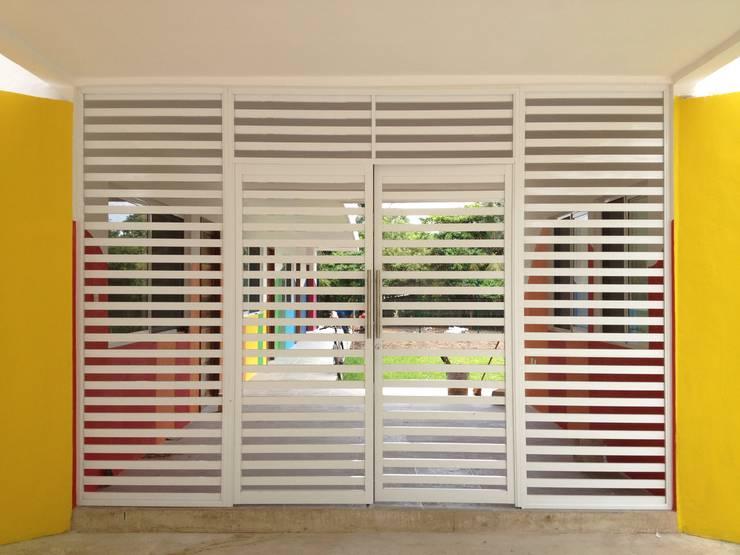 Puerta de Acceso Principal: Casas de estilo  por Manuel Aguilar Arquitecto
