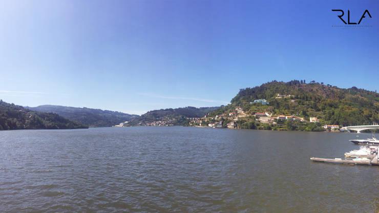 Exterior View from the River:   por RLA | RICHARD LOUREIRO ARCHITECTS