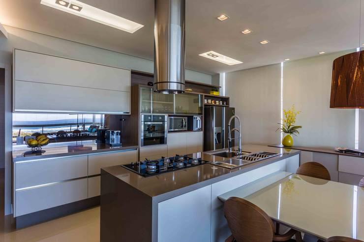 De imóvel padrão à lar dos sonhos de um jovem casal: Cozinhas  por ROPE Engenharia