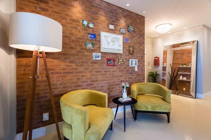 De imóvel padrão à lar dos sonhos de um jovem casal: Corredores e halls de entrada  por ROPE Engenharia