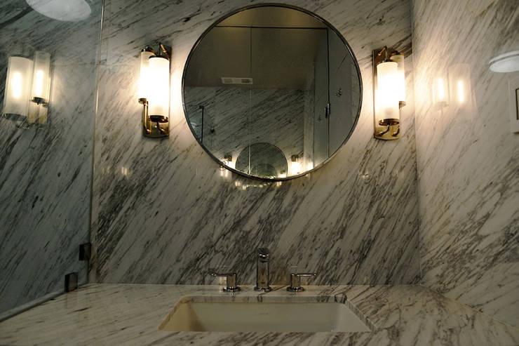 Mammoth Decor Bathroom: Baños de estilo  por Erika Winters Design