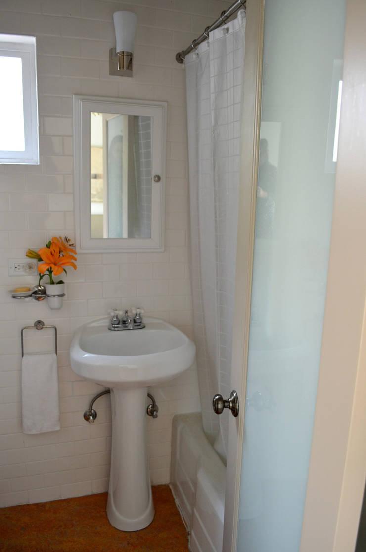 Sunnynook Decor: Baños de estilo  por Erika Winters Design