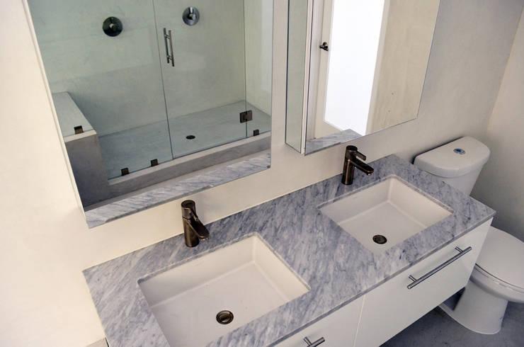 M-8442: Baños de estilo  por Erika Winters Design