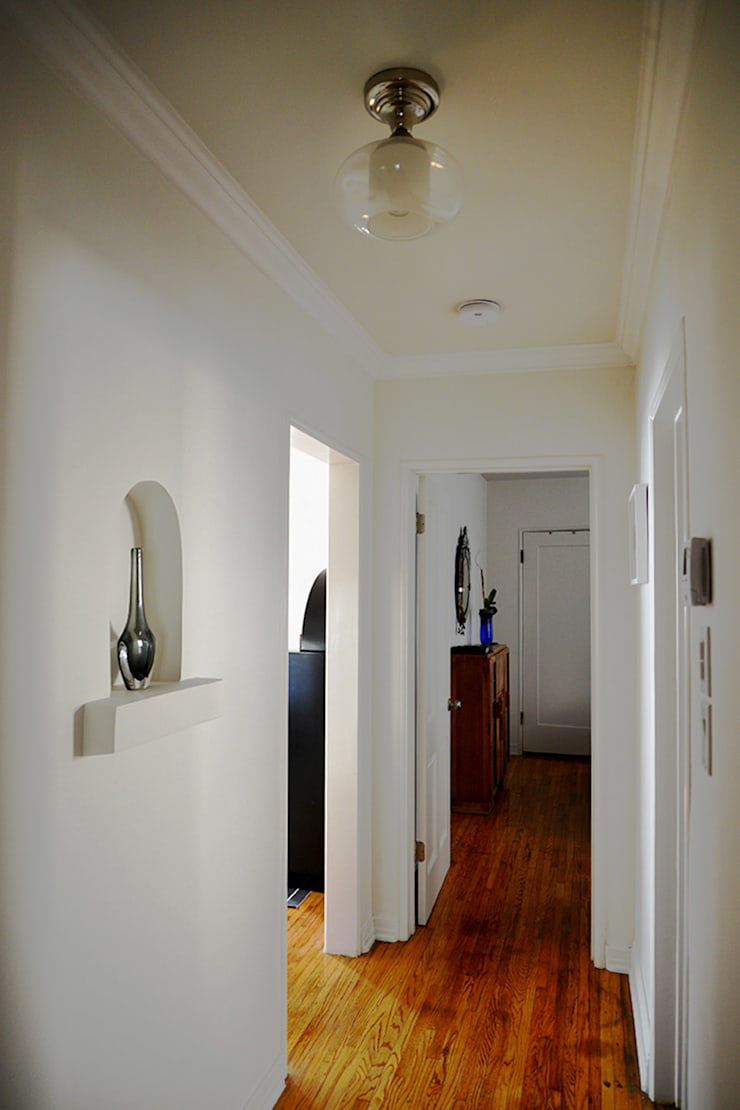 Rejuvenation Project: Pasillos y recibidores de estilo  por Erika Winters Design