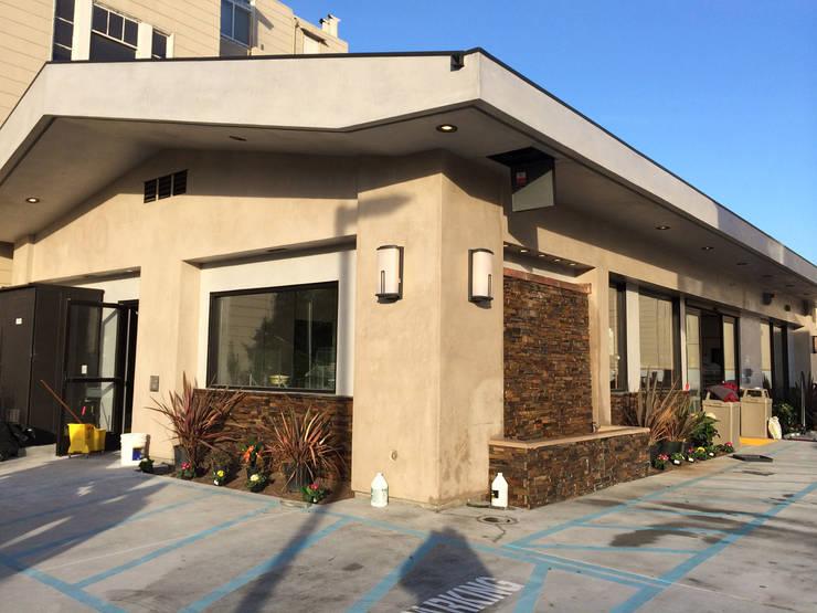 7 Eleven – 76 Gas Station San Francisco: Casas de estilo  por Erika Winters Design