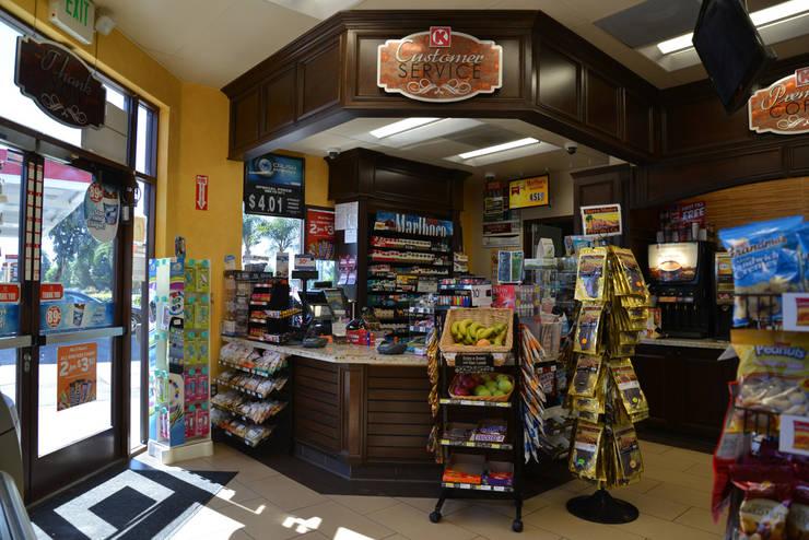 76 GasStation Circle Placentia: Oficinas y tiendas de estilo  por Erika Winters Design
