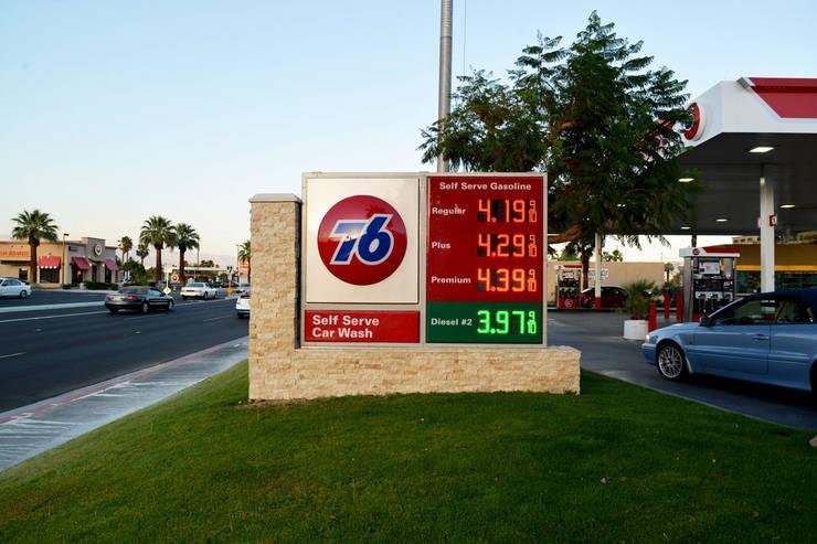 76 GasStation Palm Springs CA: Oficinas y tiendas de estilo  por Erika Winters Design