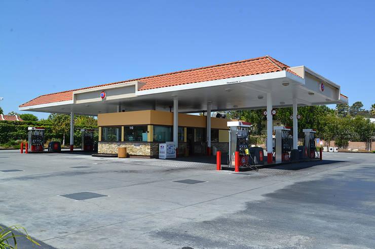 76 Gas Station San Marcos CA: Oficinas y tiendas de estilo  por Erika Winters Design