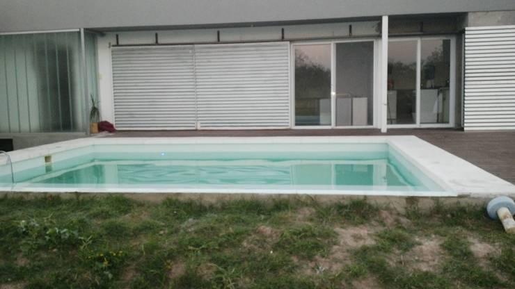 Vivienda RF, suburbana:  de estilo  por VHA Arquitectura