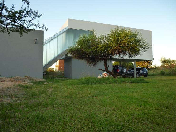 fuelle vidriado, escalera:  de estilo  por VHA Arquitectura