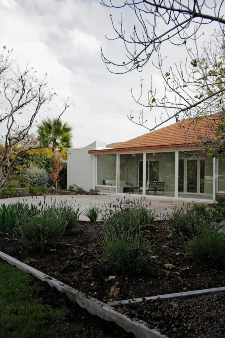 CASA LZ.: Jardines de estilo  por ESTUDIO BASE ARQUITECTOS