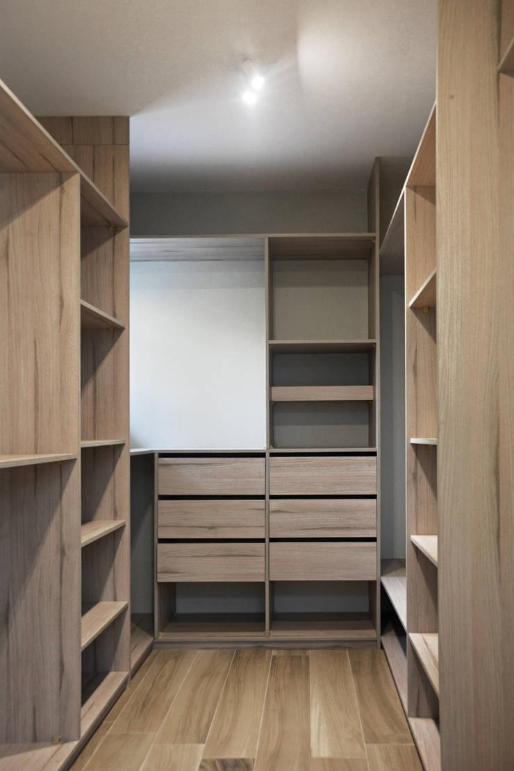 CASA LZ.: Walk in closet de estilo  por ESTUDIO BASE ARQUITECTOS