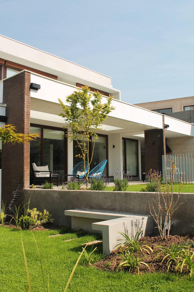 CASA LOS LITRES: Jardines de invierno de estilo  por ESTUDIO BASE ARQUITECTOS