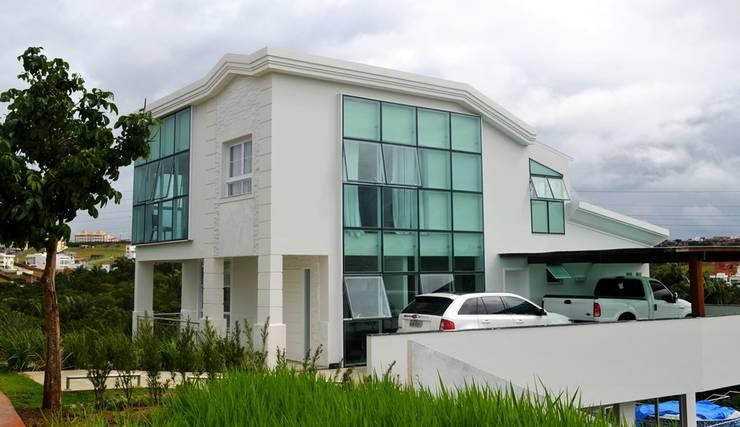 Moderne garage van Atelier Plural Modern Glas