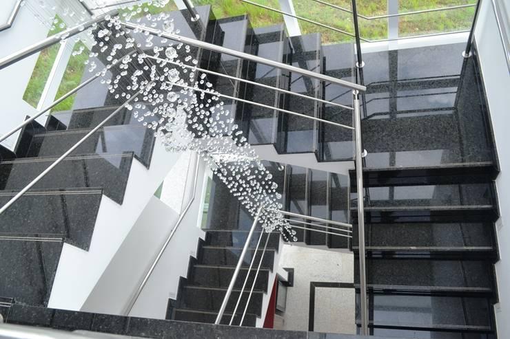 Moderne gangen, hallen & trappenhuizen van Atelier Plural Modern